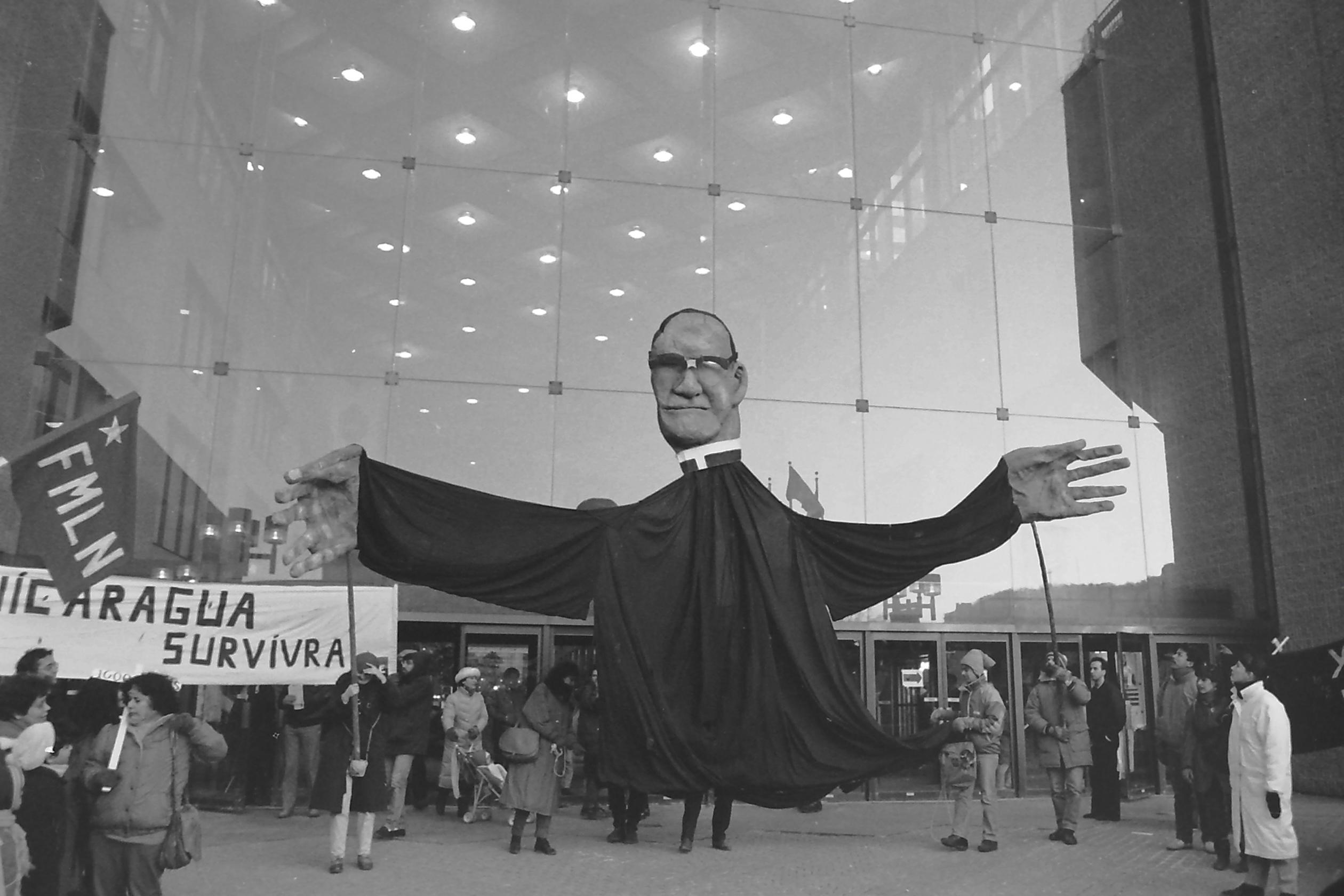 Piquetage devant le consulat général des États-Unis à Montréal en appui au gouvernement sandiniste du Nicaragua, mars 1988. / Photographie de André Querry
