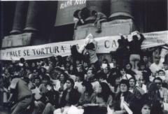 « Au Chili on pratique la torture, la télévision le tait ». Manifestation au centre-ville de Santiago par le Mouvement contre la torture Sebastián Acevedo (1983-1990). / Courtoisie de Lucie Larouche