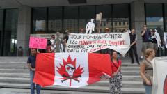 À l'occasion de la 2e Journée mondiale contre les mines à ciel ouvert, une tournée des consulats latino-américains à Montréal a été réalisée afin de dénoncer les violations causées par l'industrie minière canadienne en Amérique latine, 22 juillet 2010. / Archives du CDHAL
