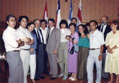 Le maire de Montréal, Jean Doré, reçoit Carmen Quintana et les représentant-e-s de la communauté chilienne, 11 juillet 1988 / Courtoisie de Roberto Hervas