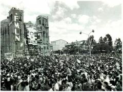 Rassemblement lors de la signature des accords de paix entre le FMLN et le gouvernement du Salvador, 16 janvier 1992