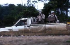 Raid d'intimidation d'une compagnie de sécurité engagée par ENCANA, Tarapoa, Équateur, par Clive Shirley, mars 2002